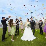 挙式後はゲストからフラワーシャワーの祝福を浴びて!