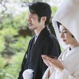 古くから祝言で必ず行われたのは三々九度。夫婦の絆を結ぶとされてきた伝統の儀式を取り入れて