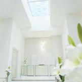天窓から降り注ぐやわらかな光は花嫁をより美しく照らす