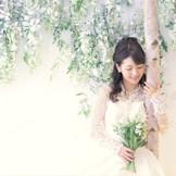 チャペルの両サイドは白樺の木とフジの花で彩られている