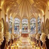 大聖堂の重厚な扉を開けると、ステンドグラスが目に飛び込む。生涯一度の儀式に相応しい格調高く美しさ。