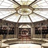 ステンドグラスがきらめく八角形の円天井が美しいマナーホール。ゲストを生演奏で迎えるコンサートホールやウェイティングスペースとしておふたりらしい使い方も