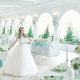 真っ白な会場には純白のドレスも輝きを増す