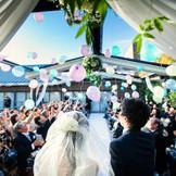 ガーデンチャペルでは挙式後、青空へ向かって一斉にバルーンリリースを。「徳島」で「結婚式」なら「ノビアノビオ」