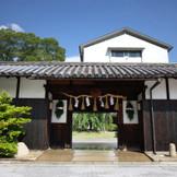 1751年創業を誇る老舗『神戸酒心館』。長屋門を進むと緑豊かなお庭が現れます。