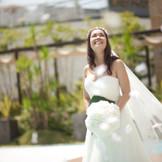 青空と緑と水に囲まれた開放的なプライベートガーデンで記憶に残るセレモニーを。