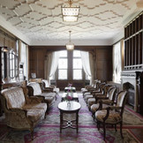 【館内】本格スパニッシュスタイルの本館は、バーラウンジや親族控室などVIPルームとして使用される。陽光のきらめきのもと、悠久の時間を刻んできた歴史ある洋館で特別な一日を。心に残るウエディングを叶えて