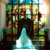 天井まで伸びる東北最大級のステンドグラス。たくさんの祝福に包まれて。