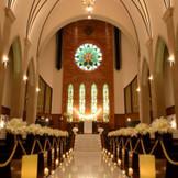 存在感を放つ独立型大聖堂ではロングトレーンのドレスが美しく映え、ドラマチック&感動挙式が叶う