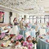 白を基調としたパーティ会場は大人ピンクのコーディネイトも映える