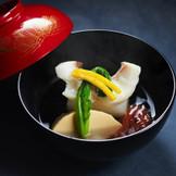 「御椀」は最も重要とされる一品。削りたての鰹節を昆布と合わせて取った出汁を堪能して