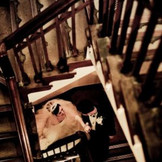 お二人のお家のように寛げる空間をつくって。。。クラシックな階段には写真や絵画を