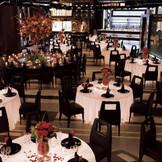 LUNAR(ルナール)~オリエンタル・シンプル・モダン。 幻想的なムーンライトテーブルが非日常的な空間をつくります。 シンプル&モダンスタイルに洗練されたオリエンタルな感覚をブレンドしたオリジナリティー溢れるパーティールーム。