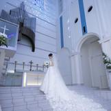 ノートルダム大聖堂に合うよう試行錯誤されたドレスラインで花嫁自身の美しさを引き出す