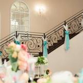 会場内に設けられた階段はドラマティックな演出にぴったり。プリンセスのように優雅に歩く姿はゲストの羨望のまなざしを集めることでしょう。