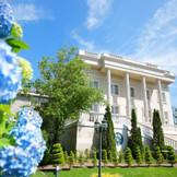 【迎賓館ル・トリアノン】ガーデンから見上げる白亜の会場