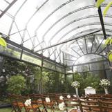 四季を通して、庭園の緑の美しさが引き立ち、陽光が降り注がれるデザインで設計された『ガーデン アトリウム』は、お二人の永遠の誓いを深く刻むセレモニーへといざないます。