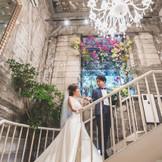 人気の館内フォトスポット シーズンで変わる装花も彩りを加えます。