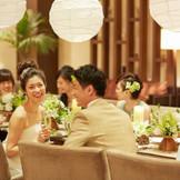 感動の挙式の後は会食も人気。フレンチコースの美食を人気の会場で堪能