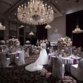 天井高10mの「ボールルーム」には背の高い飾花もよく映える。