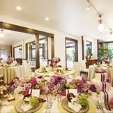 暖炉のあるリビングルームでは着席で最大60名様までご利用可能。ガーデンを眺めながら美味しいお食事をご堪能ください