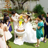 緑に囲まれた広々としたガーデンでは、人気のカラードリップケーキの演出の他、たくさんの演出が可能です。