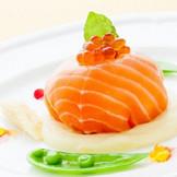 サーモンマリネで包んだ野菜と魚介類のムース