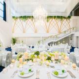 白×緑の落ち着いた雰囲気の中にも 可愛らしさ、上品さが同居する披露宴会場