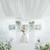 花嫁を一層美しく見せるため、シンプルに空の表情だけが彩となる人気のスカイチャペル