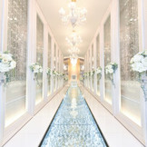 【チャペル】花嫁が歩んできたこれまでの人生を、煌めくクリスタルで22mの中に凝縮した特別なバージンロード。その煌めきは、歩んできた花嫁の人生によって違う輝きを放ちます。