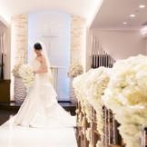高級感溢れるチャペル「ピュール・ドゥ・クール」。ドレスが映える白い空間です♪当日リハーサルがございますので、安心して本番を迎えられます。