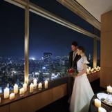 地上145Mに位置する39階タワーズサロン「ルナール」。東京タワーや新宿の高層ビル群臨む眺望は、都内でも屈指のナイスビュー。煌めく夜景を背景に大人のナイトウエディング。