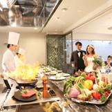 お料理を演出としても楽しんでいただける 大人気オープンキッチン付!
