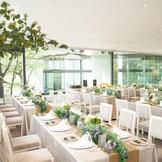 明るく開放的なパーティー会場は2面ガラス張りの空間
