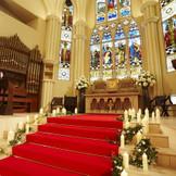 7段もある祭壇は新婦様のドレス姿をより美しく輝かせる