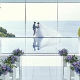 水上に浮かぶクリスタルチャペルは、歴史的な館に調和する、四方がガラス張りになったモダンなデザイン
