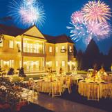 結婚式という特別な1日。その1日を彩る花火は特別な瞬間になります。 お2人と大切なゲストで同じ空・花火を眺めて感動の時間をぜひここで。