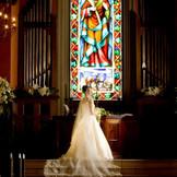 5段の祭壇はウェディングドレスのバックスタイルが美しく映えます。