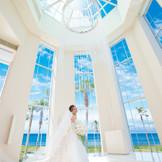 海を望むチャペル あふれる自然光 ウエディングドレスがもっとも美しく輝く瞬間