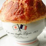 最も有名なスペシャリテ。黒トリュフのスープは世界中の美食家たちが必ず召し上がる至極の1皿です。