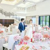 ゲストハウスの披露宴会場で天井も高く、ガーデンから差し込む光がお2人を照らし、アットホームな会場になっております♪