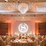 5階「日輪」 天井の高さと豪華なシャンデリアは圧巻!照明や映像演出にこだわりたい方にも特におすすめなバンケットです!