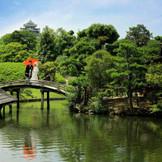 挙式当日は撮影の時間を設けます。後楽園を知り尽くしたカメラマンがお2人を撮影。広々とした日本庭園、庭園中心にある太鼓橋に立ち、岡山のシンボルの烏城をバックに写す記念に残る一枚。