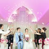 挙式後のアフターセレモニーでフラワーシャワーをして、ゲストからの祝福をより感じましょう♪