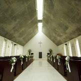 森の中に佇む落ち着いた県内初の石積みの教会はお二人やゲストを荘厳な雰囲気に包みます