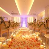 宝石箱のようなチャペルで愛を誓う。着席~80名様。立席含む~100名様。12mのバージンロード&7つのカラーバリエーション。花と光と音楽でオリジナルなふたりだけのセレモニーを。
