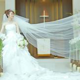 【チャペル・セントプリエール】おふたりの永遠の誓いを立てるのににふさわしい神聖な空間。ガーデンからの優しい光が差し込み、ウエディングドレスを一層白く輝かせます。天空から舞い降りる天使の羽にも注目です。