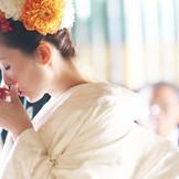 徳川家康の家紋である「葵紋」が入った杯で行う三々九度。 家族が一つになる瞬間。