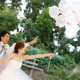バルーンリリースでは、おふたりの幸せが空まで届くようにという願いを込めて、ゲストの皆さまと一緒に風船を空高く飛ばします。
