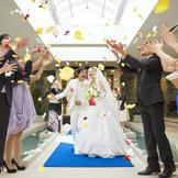 挙式後は、フラワーシャワーでゲストからの祝福を♪